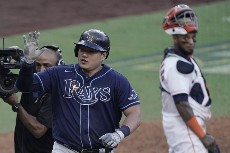 Houston Astros catcher Martin Maldonado looks back as Tampa Bay Rays' Ji-Man Choi celebrates home run during the seventh inning in Game 5 of a baseball American League Championship Series, Thursday, Oct. 15, 2020, in San Diego. / AP-Yonhap