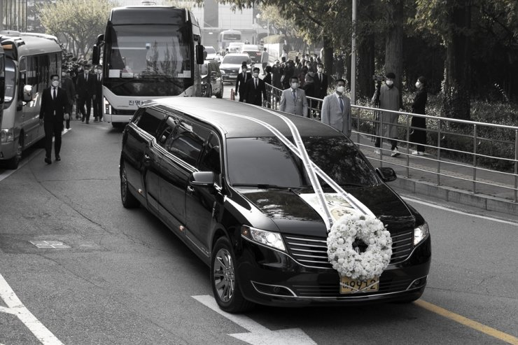 A hearse carrying the body of late Samsung Group Chairman Lee Kun-hee leaves the funeral hall of Samsung Medical Center in southern Seoul, Wednesday. Yonhap
