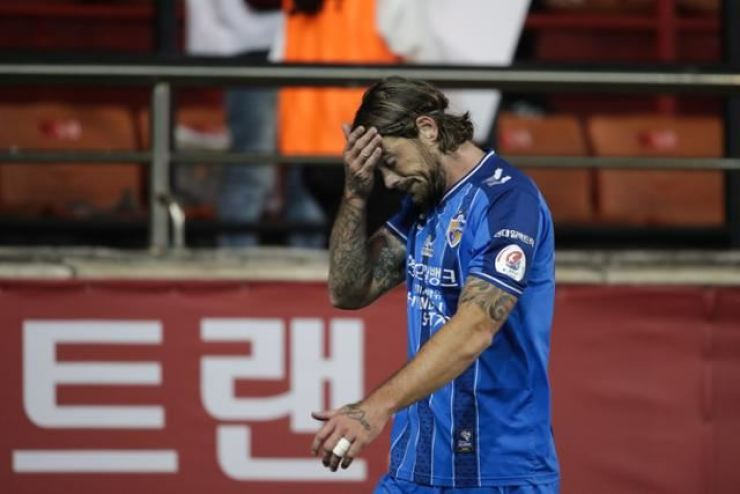 Ulsan Hyundai defender Dave Bulthuis reacts after he was sent off during the K League 1 match against Pohang Steelers at the Steel Yard in Pohang, Sunday. / Korea Times files