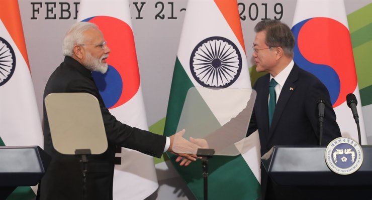 President Moon Jae-in, right, shakes hands with Indian Prime Minister Narendra Modi after their joint press conference at Cheong Wa Dae in Seoul on Feb. 22, 2019. / Yonhap
