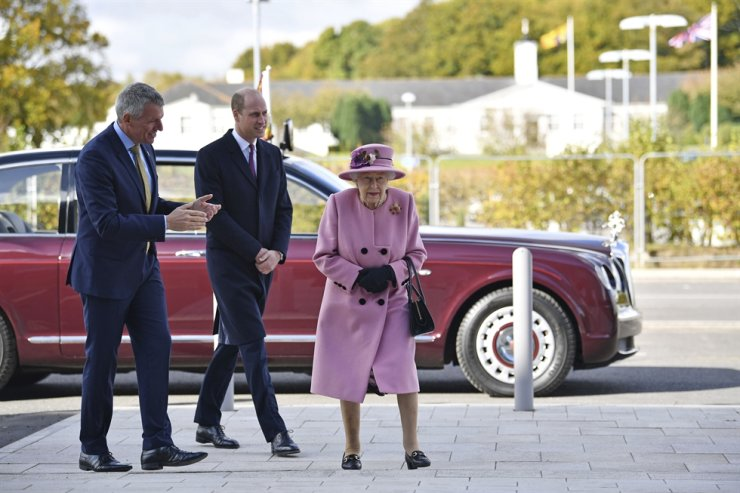 Britain's Queen Elizabeth II and Prince William speak with Chief Executive Gary Aitkenhead during a visit to the Defence Science and Technology Laboratory (DSTL) at Porton Down, England, Thursday Oct. 15, 2020, to view the Energetics Enclosure and display of weaponry and tactics used in counter intelligence. AP-Yonhap