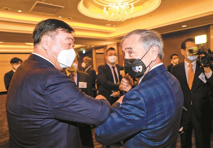 U.S. Ambassador to Korea Harry Harris, right, and Chinese Ambassador to Korea Xing Haiming greet each other with an elbow bump during a VIP tea meeting prior to a ceremony marking the 70th anniversary of The Korea Times at the Lotte Hotel Seoul, Thursday. / Korea Times photo by Shim Hyun-chul