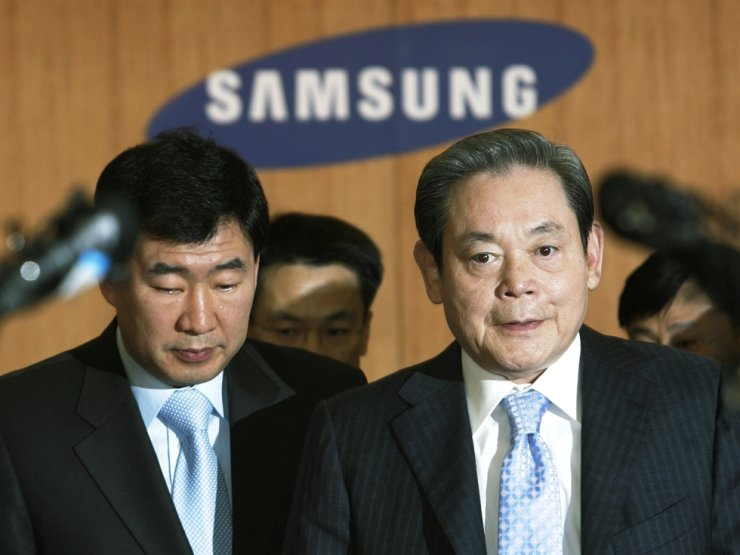 In this April 22, 2008, file photo, Samsung Group Chairman Lee Kun-hee, right, arrives to hold a news conference at the Samsung Group headquarters in Seoul. Lee, the ailing Samsung Electronics chairman who transformed the small television maker into a global giant of consumer electronics, has died, a Samsung statement said Sunday, Oct. 25, 2020. He was 78. AP