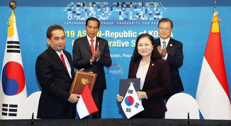 Trade Minister Yoo Myung-hee, right in the front row, exchanges a joint declaration regarding FTA talks with Ramon Lopez, left in the front row, secretary of trade and industry of the Philippines, during a ceremony following a bilateral summit between the leaders of the two countries, Nov. 25, 2019, at a hotel in Busan. Standing in the back are President Moon Jae-in, right, and Rodrigo Duterte, President of the Philippines. President Moon appointed Yoo, the nation's first trade minister, in February 2019. Korea Times file