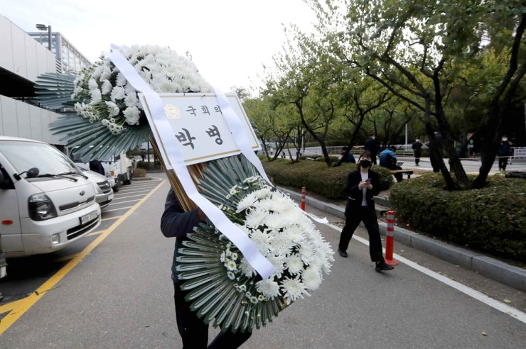Condolence flowers sent from National Assembly Speaker Park Byeong-seug arrive at the funeral venue for Samsung Electronics Chairman Lee Kun-hee in Seoul, Sunday. Yonhap