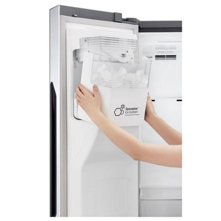 The photo shows LG Electronics' refrigerator with an ice-maker attached to the fridge door. / Courtesy of LG Electronics