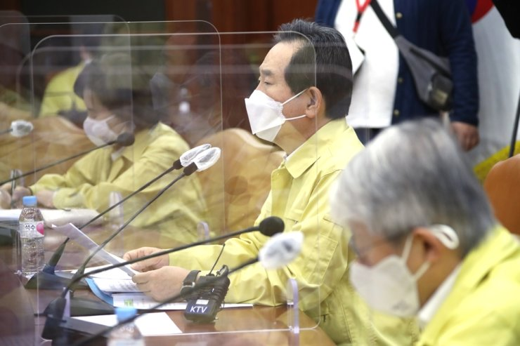Prime Minister Chung Sye-kyun speaks during a central disaster and safety counter-measure meeting regarding COVID-19 and nationwide influenza vaccination at Government Complex Seoul in Jongno District, Friday. Yonhap