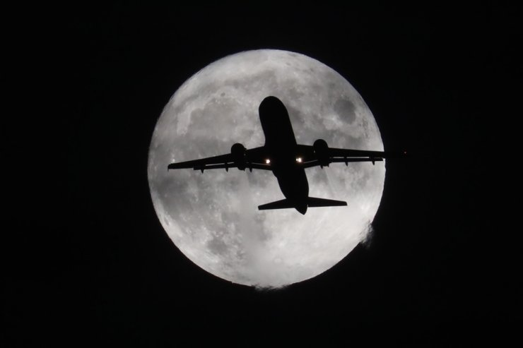 A plane soars against the backdrop of the moon on a deepening autumn night, bound for its destination in this Oct. 1 photo in Korea. Just like the plane, The Korea Times vows to soar into a new age of news and content. Korea Times photo by Choi Won-suk