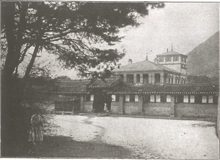 Gwanmungak building of Gyeongbok Palace, the first Western-style architecture in Joseon's royal palaces, is constructed by Afanasy Seredin-Sabatin. Courtesy of Cultural Heritage Administration