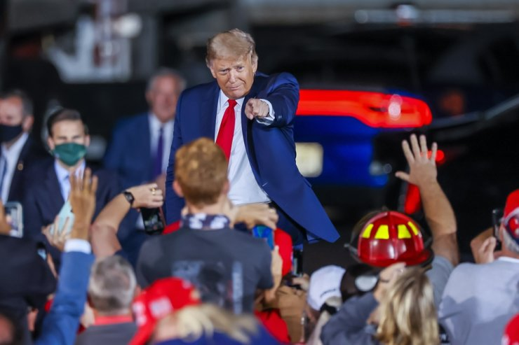 US President Donald J. Trump gestures to supporters after speaking at his Make America Great Again Rally campaign event at Middle Georgia Regional Airport in Macon, Georgia, Oct. 16. EPA-Yonhap