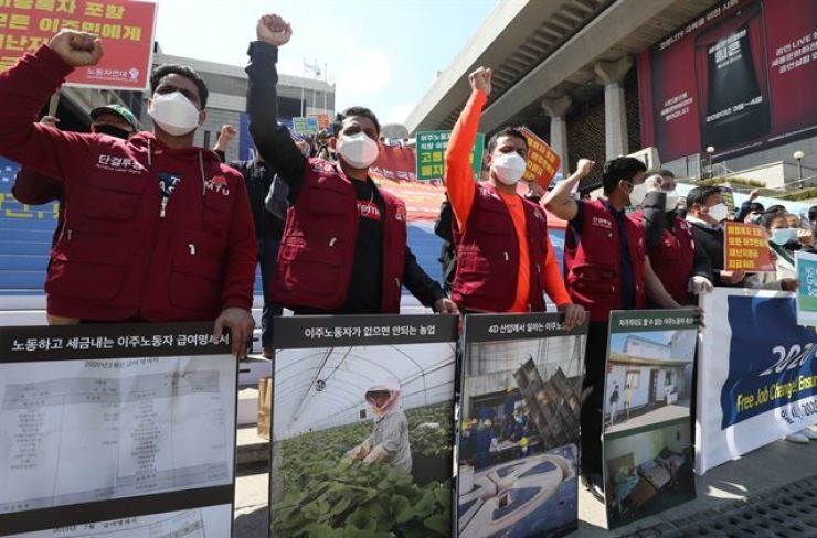 Migrants and Korean activists protest at Gwanghwamun Square in Seoul, urging local governments to pay COVID-19 subsidies to foreign residents, in this April 26 photo. Yonhap