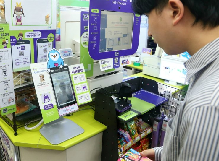 A Shinhan Card customer uses Face Pay to buy goods at a CU convenience store at Hanyang University in Seoul. / Courtesy of Shinhan Card