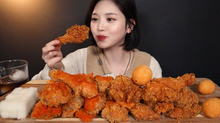 A YouTuber streams live herself eating fried chickens. Capture from YouTube