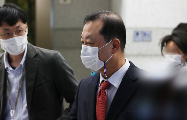 Former Shinhan Investment CEO Kim Byung-chul heads to a sanctions review committee meeting at the Financial Supervisory Service on Yeouido, Seoul, Thursday. / Yonhap
