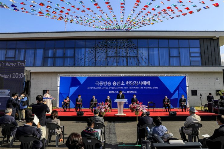 Rev. Lee Young-hoon, center, senior pastor of Yoido Full Gospel Church, prays during a dedication service for FEBC-Korea's new transmitter site on Daebu Island off Ansan City, Gyeonggi Province, Monday. Korea Times photo by Shim Hyun-chul