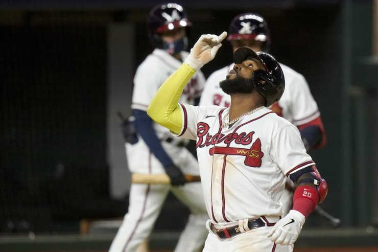 Atlanta Braves' Marcell Ozuna celebrates a home run against the Los Angeles Dodgers during the seventh inning in Game 4 of a baseball National League Championship Series Thursday, in Arlington, Tex. / AP-Yonhap
