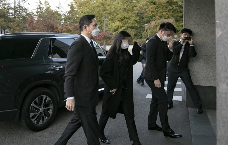 Samsung Electronics Vice Chairman Lee Jae-yong, left, arrives with his children at the memorial hall at Samsung Medical Center in Seoul where a memorial alter is set up for the group's late Chairman Lee Kun-hee, Sunday. Yonhap