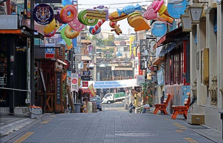An empty Itaewon street in Seoul, Oct. 26. Yonhap