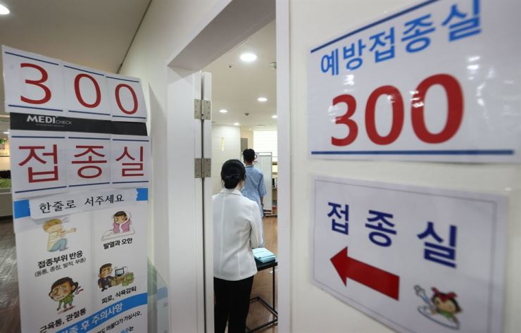 Medical workers prepare to give flu shots at a building of the Korea Association of Health Promotion in Seoul, Monday, as medical institutions across the country began a free vaccination program for senior citizens 70 years of age or older. Yonhap