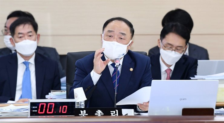 Finance Minister Hong Nam-ki, center, speaks during a National Assembly annual inspection session held at the ministry's main building located in Sejong City's government complex, Wednesday. / Yonhap