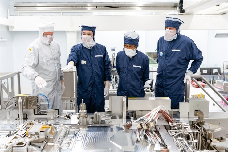 Samsung Electronics Vice Chairman Lee Jae-yong, second from left, and the company's device solutions business unit chief Kim Ki-nam, third from left, take a tour of the Dutch chip equipment maker ASML's plant in Eindhoven, Oct. 13. / Courtesy of Samsung Electronics