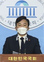 Jeju Gov. Won Hee-ryong speaks during a press conference at the National Assembly in Seoul, Tuesday, urging Japan not to release contaminated water from its devastated Fukushima nuclear power plant into the ocean. / Yonhap