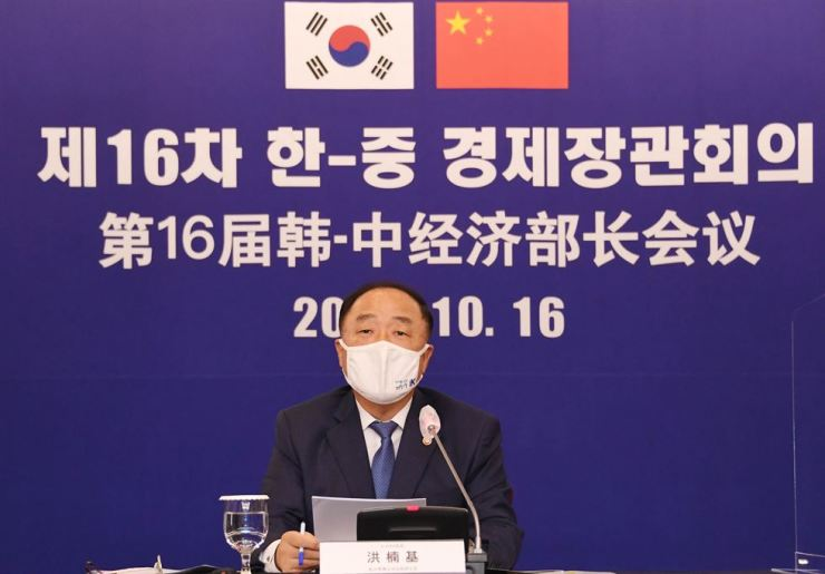 Finance Minister Hong Nam-ki speaks during a meeting with Chinese economic policymakers, Friday. Yonhap