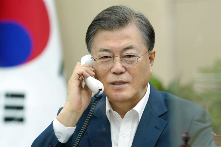 President Moon Jae-in speaks on the phone with Canadian Prime Minister Justin Trudeau at Cheong Wa Dae, Tuesday. Courtesy of Cheong Wa Dae