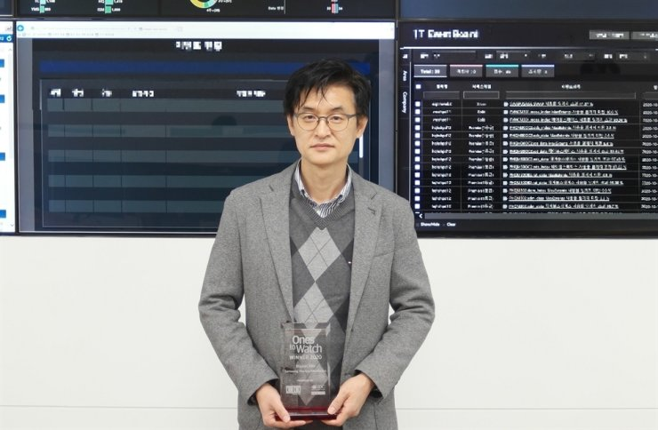 Kim Bo-joon, leader of Samsung Electro-Mechanics' smart IT team, poses with a plaque awarded to him by International Data Group (IDG), in this photo provided by the company, Thursday. / Courtesy of Samsung Electro-Mechanics