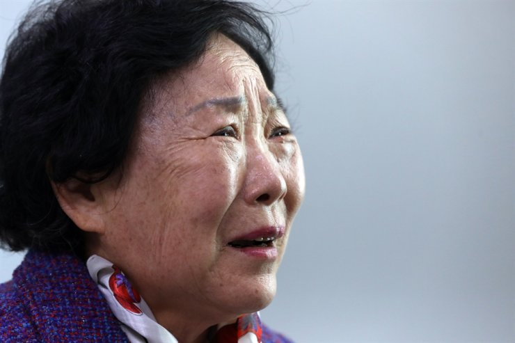Lee Eung-sun cries during a video chat session in Seoul, Oct. 15, with her long-lost daughter, who went missing 44 years ago at Namdaemun Market in Seoul and was later adopted by an American couple. Yonhap