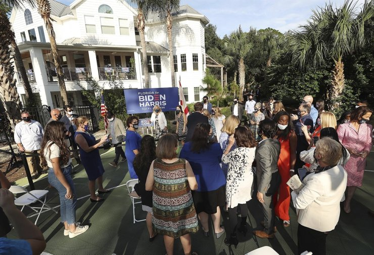 Jill Biden, back middle, wife of Democratic presidential candidate former Vice President Joe Biden, poses for socially distant selfies following a Women for Biden event at the home of Stan Van Gundy in Lake Mary, Fla., Oct. 16. AP-Yonhap