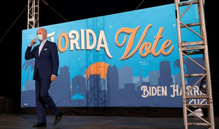 Democratic U.S. presidential nominee and former Vice President Joe Biden walks on stage at a drive-in, Get Out the Vote campaign stop in Tampa, Florida, U.S., October 29, 2020. REUTERS-Yonhap