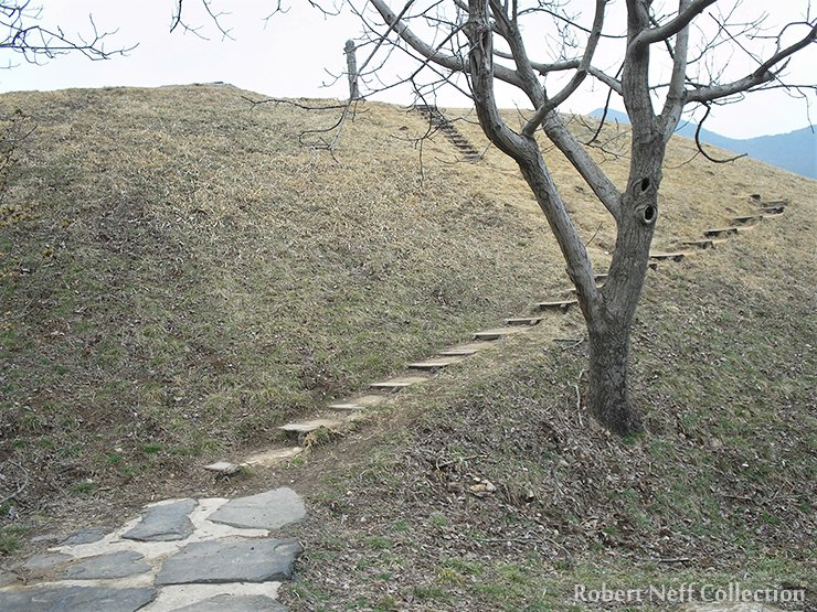 The path leading up to the tomb of Namyeongun in July 2010. Robert Neff Collection