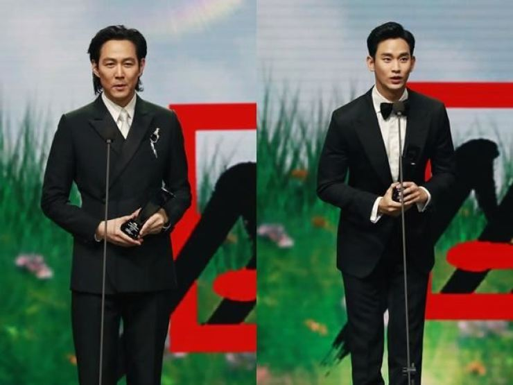 Actors Lee Jung-jae, left, and Kim Soo-hyun deliver acceptance speech after winning the award at 2020 Asia Artist Awards held in Seoul, Saturday. Courtesy of AAA Organizing Committee