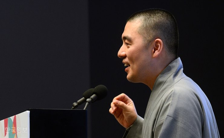 Ven. Haemin speaks at a forum held at the Hotel Shilla in Seoul in this 2015 file photo. His active public outreach, frequent TV appearances, privately owned residence and launching of mindfulness meditation apps have pitted him against some fellow Buddhist monastics. / Korea Times file