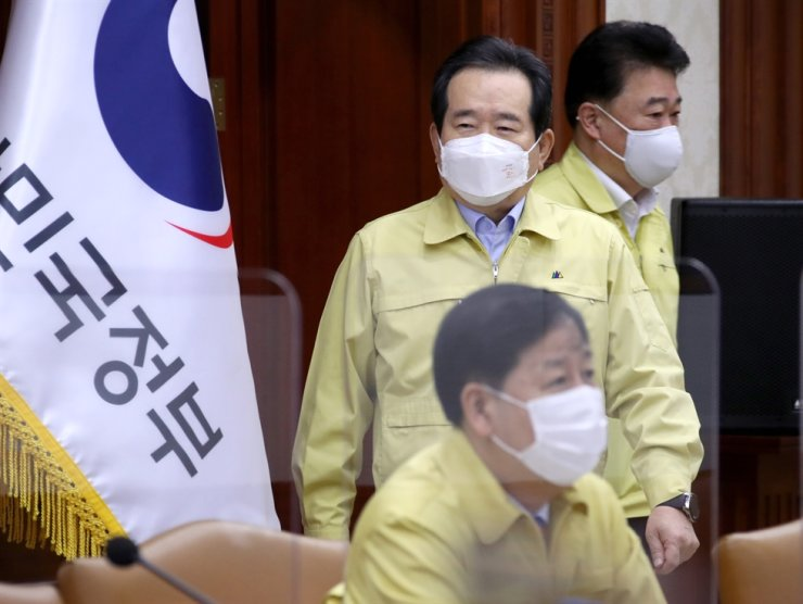 Prime Minister Jung Sye-kyun attends the COVID-19 central disaster counter-measure meeting at Government Complex Seoul, Nov. 6. Yonhap