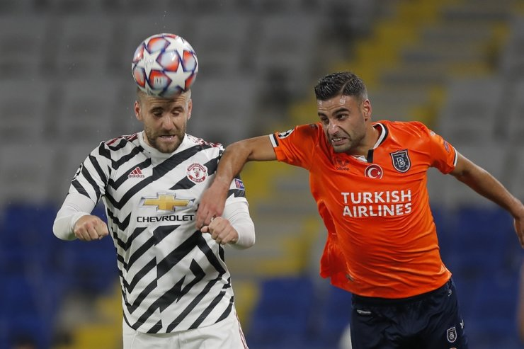 Manchester United's Luke Shaw, left, heads the ball past Basaksehir's Aziz Behich during the Champions League group H football match between Istanbul Basaksehir and Manchester United at the Fatih Terim stadium in Istanbul, Wednesday. / AP-Yonhap