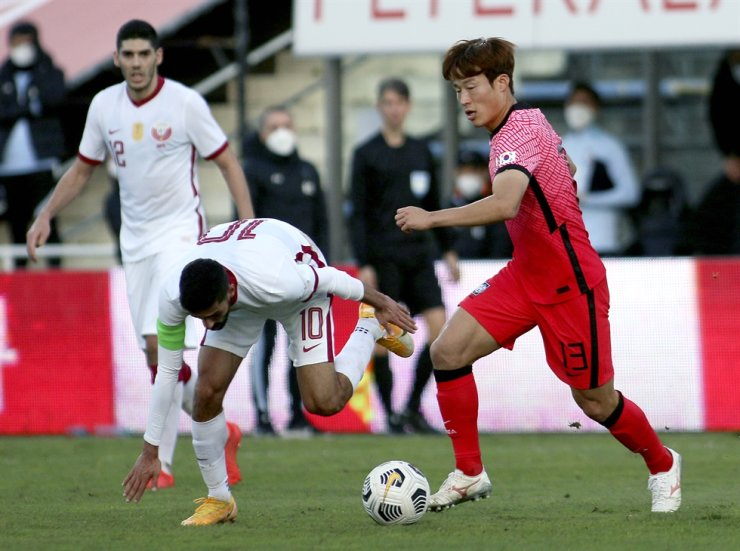 Korea's Son Jun-ho, right, and Qatar's Hasan Kalid H. Alhaydos challenge for the ball during a friendly match between Korea and Qatar in Suedstadt near Vienna, Austria, Tuesday, Nov. 17, 2020. AP