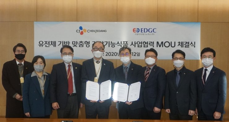 EDGC's co-CEO Lee Min-seob, fourth from left, and Hwang Yoon-il from CJ CheilJedang's research and development planning division, fourth from right, signed a memorandum of understanding on Nov. 12 to develop 'genetically proven' health foods. Courtesy of EDGC