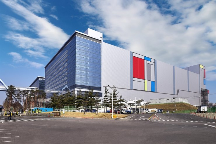 Samsung Electronics' semiconductor manufacturing plant in Hwaseong, Gyeonggi Province / Courtesy of Samsung Electronics