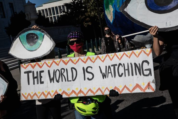 Climate activists hold signs and chant slogans during a protest over the 2020 Presidential Election in Washington, D.C., Nov. 4. AFP-Yonhap