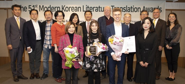 The participants of the 51st Modern Korean Literature Translation Awards pose after the awards ceremony at the Korea Press Center in Seoul, Thursday. From left in second row are Sung Chai-hyun, senior executive vice president of Retail Customer Group at KB Kookmin Bank: novelists Kim You-myung and Ko Kwang-yule; judges Min Eun-kyung, professor at Seoul National University, and Jung Ha-yun, Ewha Womans University; Korea Times President-Publisher Oh Young-jin; judge Brother Anthony; former Korea Times editorial writer Hong Soon-il; Chun Byong-keuk, deputy minister for culture and art policy; Mexican Ambassador to Korea Bruno Figueroa and his daughter Aura Figueroa. From left in first row are Choi Ja-in, receiving the prize for Poetry Commendation Award winner Hedgie Choi; Fiction Grand Prize Winner Hannah Quinn Hertzog; Poetry Grand Prize winner Mattho Mandersloot and poet Kim Yi-deum. / Korea Times photo by Choi Won-suk
