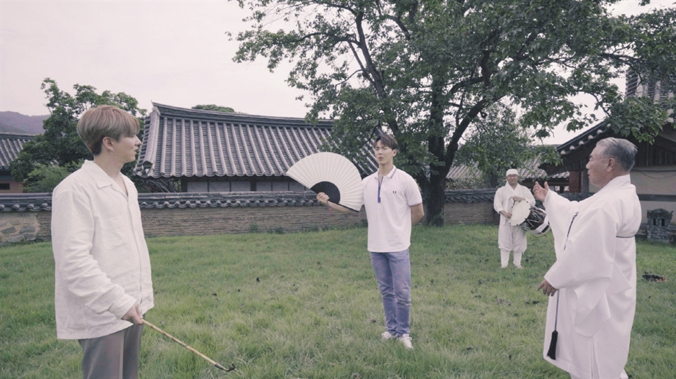 Joohoney and I.M of Monsta X visit the Route of Mythic Landscape as part of promoting the Visit Korean Heritage Campaign. Courtesy of Korea Cultural Heritage Foundation