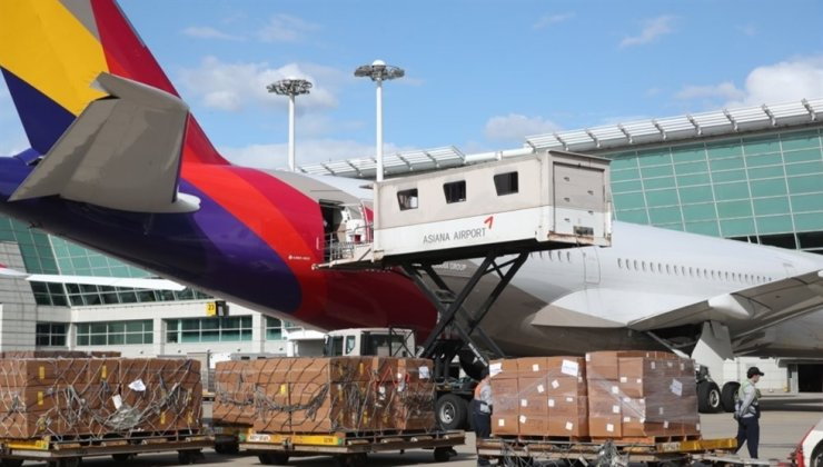 Officials from Asiana Airlines load freight on its A350 passenger jet at Incheon International Airport on Sept. 24. The cash-strapped airline converted the passenger plane into a cargo carrier to tackle a virus-induced sales drop. Yonhap