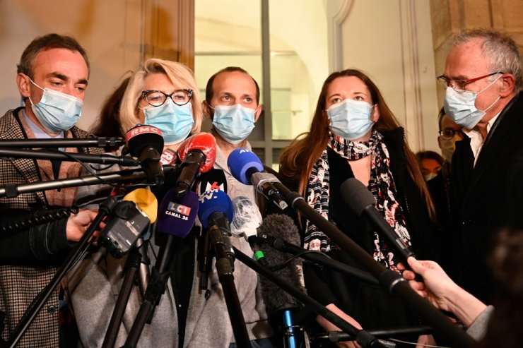 Alexia Daval's relatives, mother Isabelle Fouillot (2ndL), step-brother Gregory Gay (C), step-sister Stephanie Gay (2ndR) and father Jean-Pierre Fouillot (R) answer journalists' questions outside the courthouse of Vesoul, eastern France, on November 21, 2020, on the sixth and final day of the trial of Jonathann Daval, charged with the murder of his wife Alexia. AFP-Yonhap