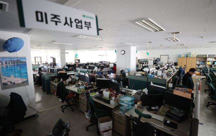 The office of a tour company in central Seoul is almost empty in this photo taken on Oct. 5 as most of its employees have been on unpaid leave amid plummeting demand for travel caused by the prolonged COVID-19 pandemic. / Yonhap