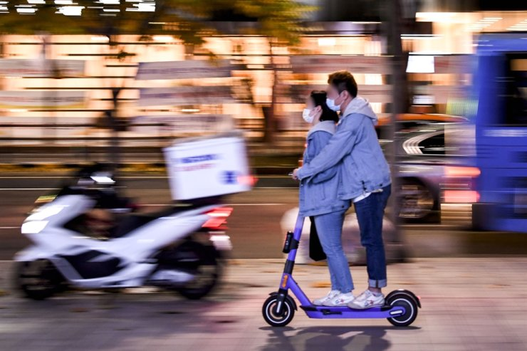 Two people ride on an electric scooter in Gangnam District, Seoul, in this Nov. 3 photo. Korea Times photo by Lee Han-ho
