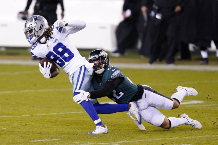 Dallas Cowboys' CeeDee Lamb, left, tries to get past Philadelphia Eagles' Marcus Epps during the second half of an NFL football game in Philadelphia, Sunday. / AP-Yonhap