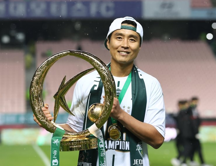 Jeonbuk Hyundai forward Lee Dong-gook poses with the K League winning trophy at the Jeonju World Cup Stadium, Sunday. Lee retired after playing his last K League match on the day. / Yonhap