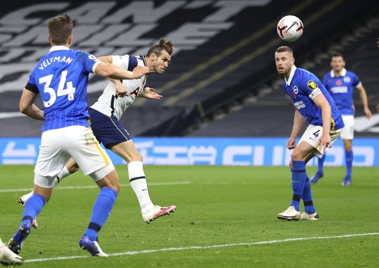 Tottenham's Gareth Bale, center, heads the ball to score his team's second goal during the English Premier League football match between Tottenham Hotspur and Brighton & Hove Albion at Tottenham Hotspur Stadium, London, Sunday. / AP-Yonhap